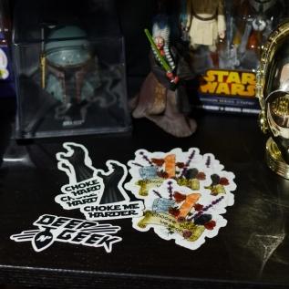 """👽 🤖 Chez Deep N'Geek, on est des gros fans de Star Wars, et on s'est amusé à faire un sticker """"Choke Me Harder"""" avec le gant du Méchant Ultime des SpaceOp. Vous les aviez vu ?? Ils sont dispo sur notre boutique et notre Esty :)   Vous avez vu la révélation du dernier épisode de Mando ?? Vous en avez pensé quoi ?? (⚠️possible spoil dans les commentaires, sait-on jamais) Nous on a adoré ! (j'avoue, j'ai pleuré) :3  #starwars #mandalorian #babyyoda #ahsoka #shaakti #Bobafett #vader #sticker #goodies #chooseyourweapon #geek"""